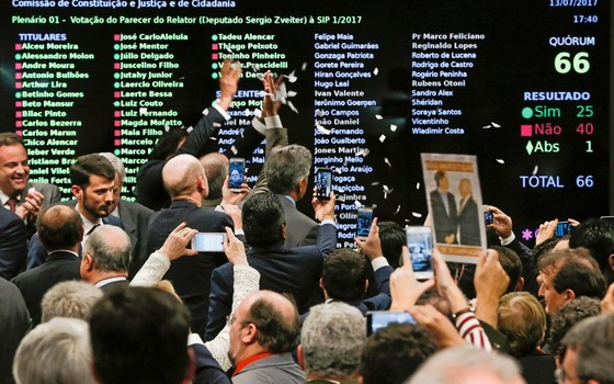 Deputados comemoram vitória do governo na CCJ (Foto: ANDRE COELHO / Agencia O Globo)