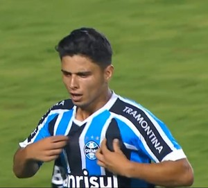 """Dionathã, do Grêmio, vencedor da """"pintura"""" da terceira rodada da Copinha (Foto: Reprodução SporTV)"""