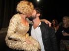 Susana Vieira ganha beijo de Sandro Pedroso após peça no Rio