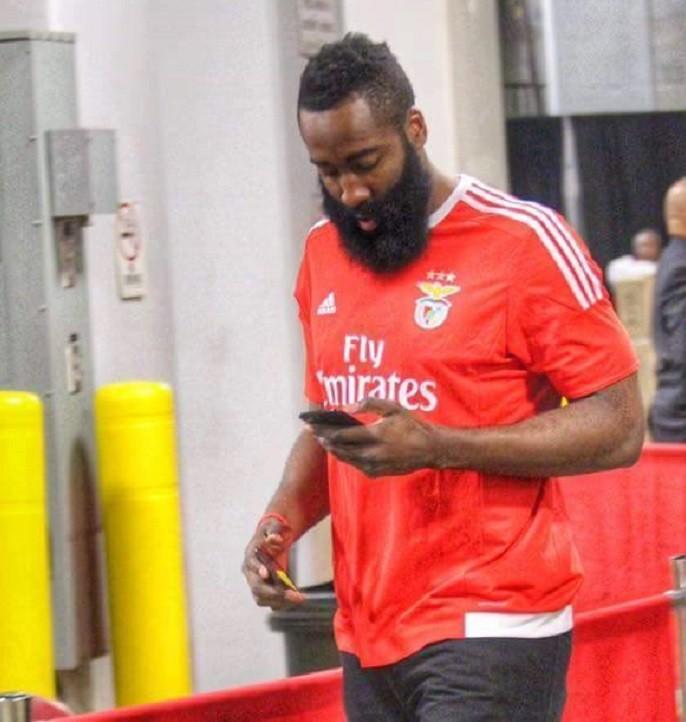 James Harden com a camisa do Benfica