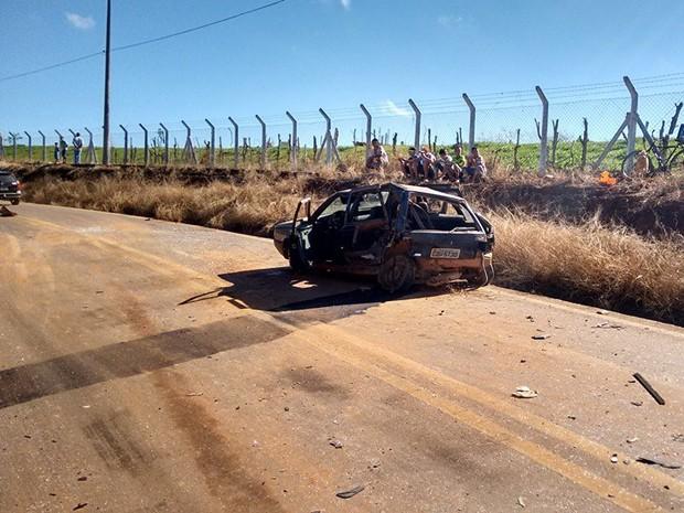 Segundo a polícia, Uno foi atingido por caminhonete e se chocou contra carro da funerária em Boa Esperança (Foto: Silvano Damazo)