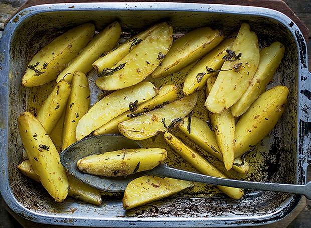 Batatas assadas com sálvia e páprica picante (Foto: Rogério Voltan/Editora Globo)