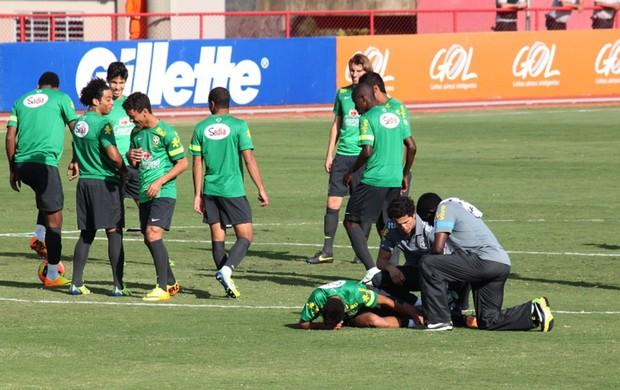 Neymar caído treino seleção (Foto: Fabrício Marques)