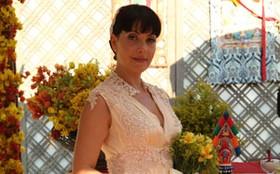 Romântica! Matilde se casa com Sonan em um look pêssego de seda e renda