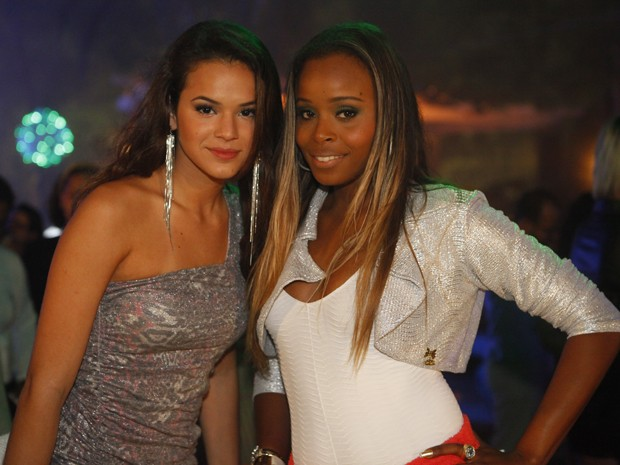 Bruna Marquezine e Roberta Rodrigues na gravação da festança (Foto: Salve Jorge/TV Globo)