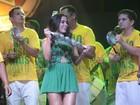 Anitta é apresentada como musa da Mocidade e, de vestido, cai no samba