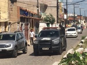 Viaturas do BOPE fazem ronda nas ruas do bairro (Foto: Carolina Sanches/G1)