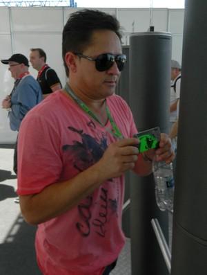 Cantor Leonardo no paddock da Fórmula 1 em Interlagos (Foto: Alexander Grünwald / GLOBOESPORTE.COM)