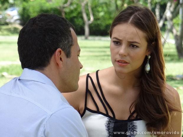 Paloma conta o que está acontecendo no caso de Luana (Foto: Amor à Vida/ TV Globo)