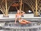 Gabriela Pugliesi posa estilosa e deixa tatuagem da perna à mostra