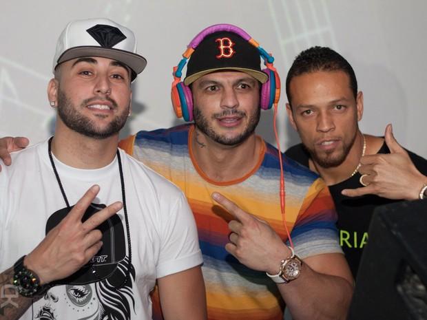 Ex-BBB Kléber Bambam com o rapper americano D-Snow (à direita) em boate no Rio (Foto: Derick Abreu/ Divulgação)