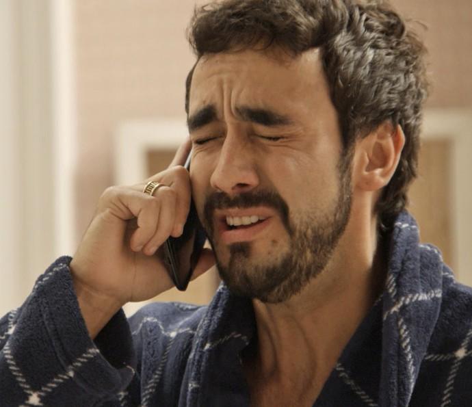 Leozinho liga para Dinamite e pede para cancelar a missão (Foto: TV Globo)