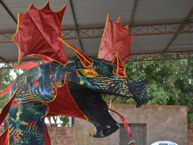 Dragão gigante vai representar o devorador de várias áreas, como saúde, educação, cultura. (Foto: Adonias Silva/G1)