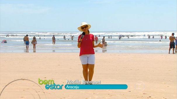 Priscilla Bitencourt mostra que é preciso ter atenção ao pisar nas areias das praias (Foto: Divulgação/TV Sergipe)