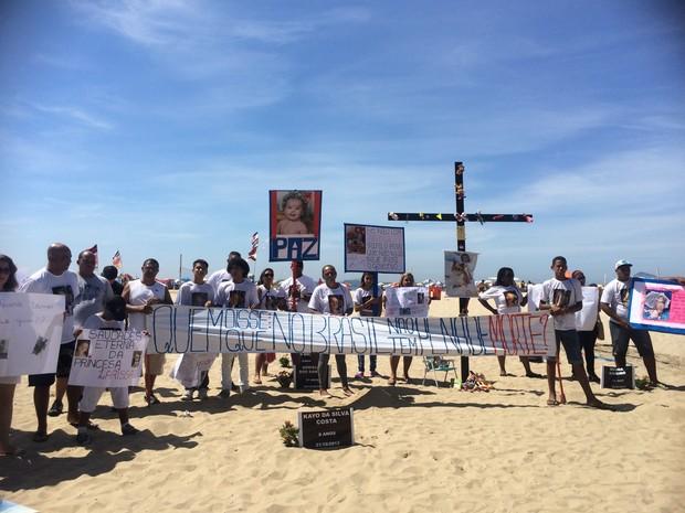 Familiares de Larissa fizeram ato em Copacabana (Foto: Fernanda Rouvenat/ G1)