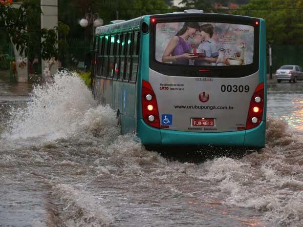 Chuva causa diversos pontos de alagamento na região do Rochdale em Osasco (SP), nesta sexta-feira (12).  (Foto: MARCOS BEZERRA/FUTURA PRESS/FUTURA PRESS/ESTADÃO CONTEÚDO)