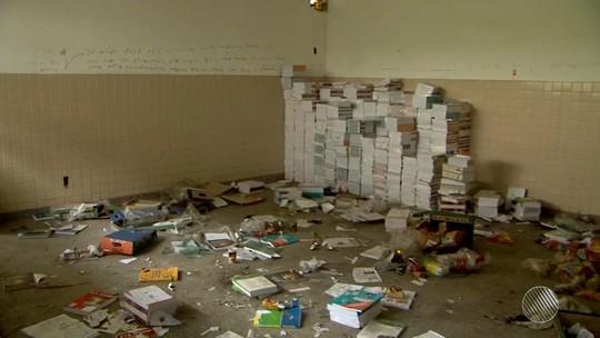 Centro de formação de professores na BA tem livros e móveis abandonados
