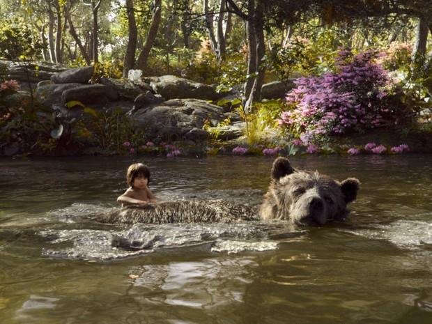 Mogli (Neel Sethi) nada com Balu em cena do filme 'Mogli - O menino lobo' (Foto: Divulgação)