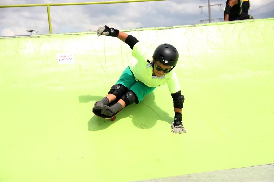 Em categoria diferenciada, garoto com deficiência vence torneio de skate e diz: