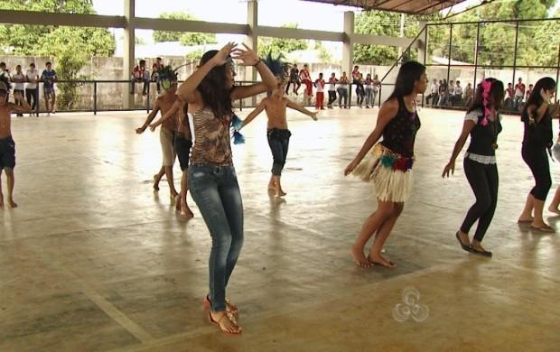 Danças regionais foram apresentadas na feira (Foto: Roraima TV)