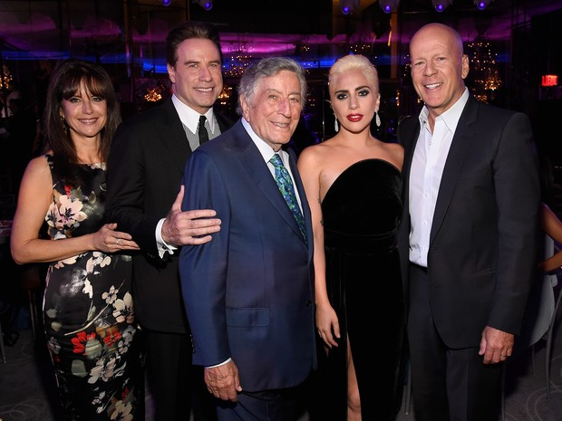 Kelly Preston, John Travolta, Tony Bennett, Lady Gaga e Bruce Willis em festa em Nova York, nos Estados Unidos (Foto: Kevin Mazur/ Getty Images)