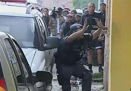 Polícia negociando com os assaltantes (Foto: Bom dia Amazônia)