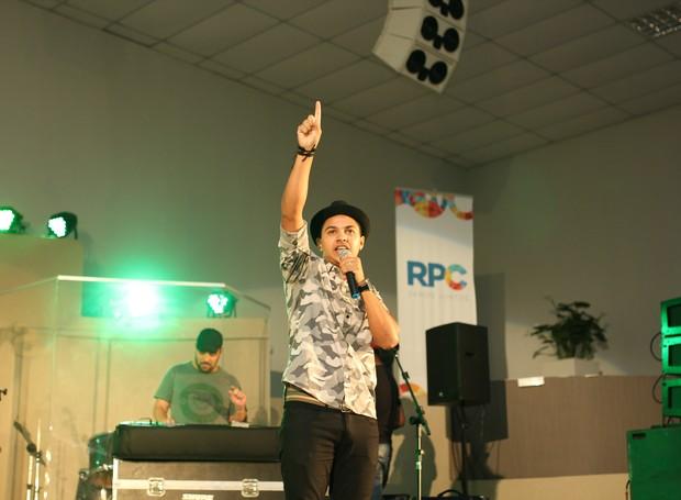 Brunno Bueno foi o convidado especial para cantar na 3ª Edição do Festival Novas Promessas (Foto: Rafael Veraldo/ RPC)