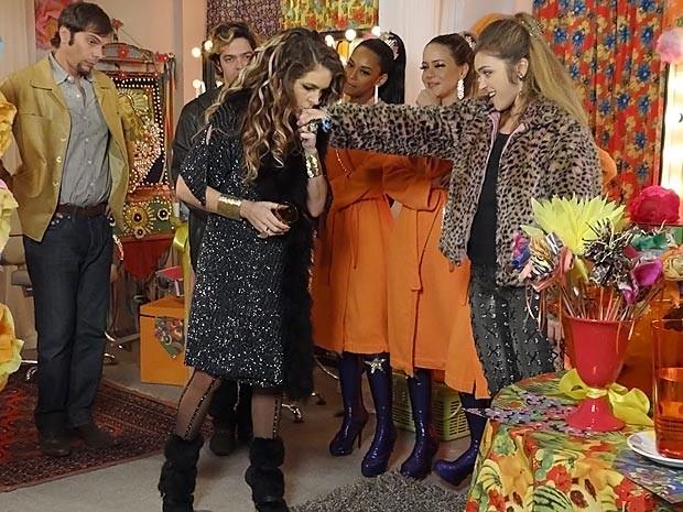 Ou pede desculpas ou não tem show! Chayene é obrigada a beijar a mão de Socorro (Foto: Cheias de Charme / TV Globo)