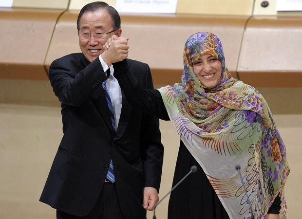 Ban Ki-moon com a ganhadora do Nobel da Paz em 2011, a jornalista e ativista do Iêmen Tawakkol Karman, durante o Fórum Mundial da Democracia (Foto: Frederick Florin/AFP)