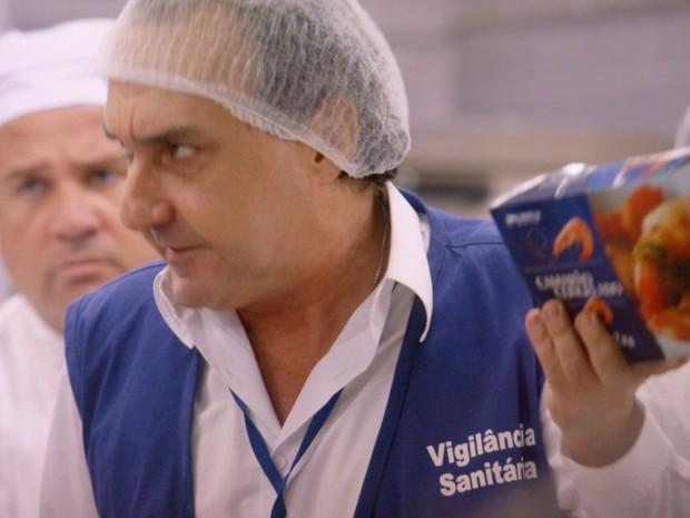 Vigilância encontra camarão fora da validade (Foto: TV Globo)