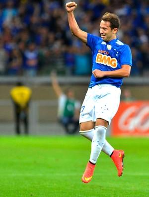 Éverton Ribeiro comemora gol Cruzeiro x Vitória (Foto: Douglas Magno / Agência Estado)