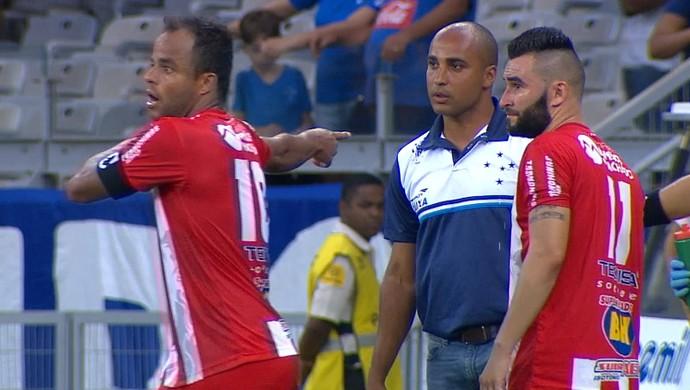 Mancini corrigiu árbitro e evitou expulsão do técnico Deivid (Foto: Reprodução/TV Globo)