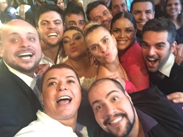 Selfie de Carolina Dieckmann e outros famosos no casamento de Preta Gil (Foto: EGO)