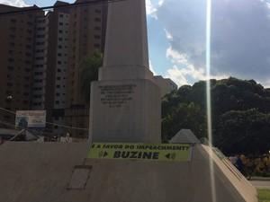 Faixa pede aos motoristas que concordam com impeachment para buzinarem (Foto: Maria Caroline Palieraqui/G1 MS)