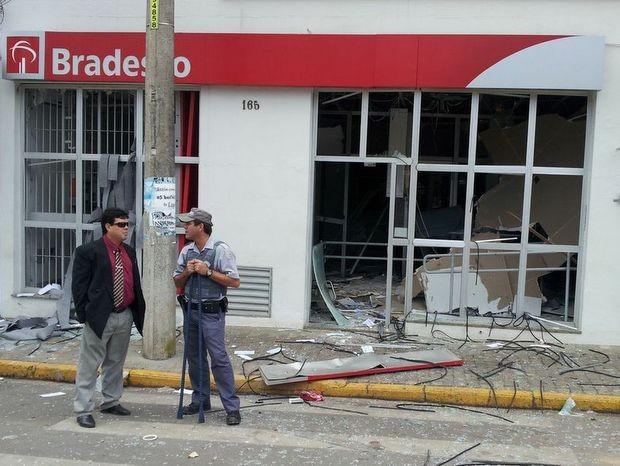 Agência do Bradesco assaltada em Elias Fausto (Foto: Ricardo Custódio/EPTV)