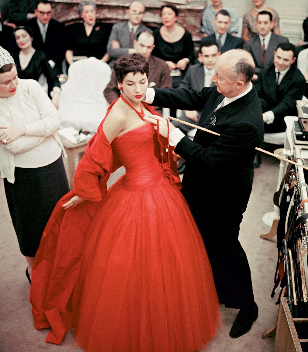 Victoire Doutreleau com o estilista Christian Dior nos últimos ajustes antes do desfile da coleção de alta-costura da maison, em 1954 (Foto: Mark Shaw e Divulgação)