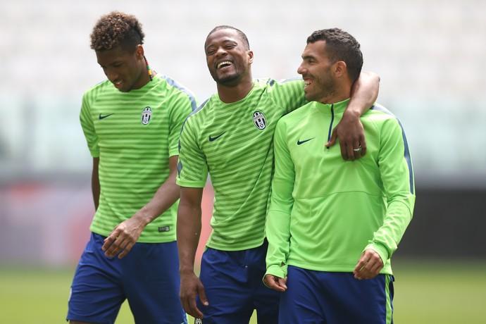 Evra Tevez treino Juventus (Foto: AFP PHOTO / MARCO BERTORELLO)