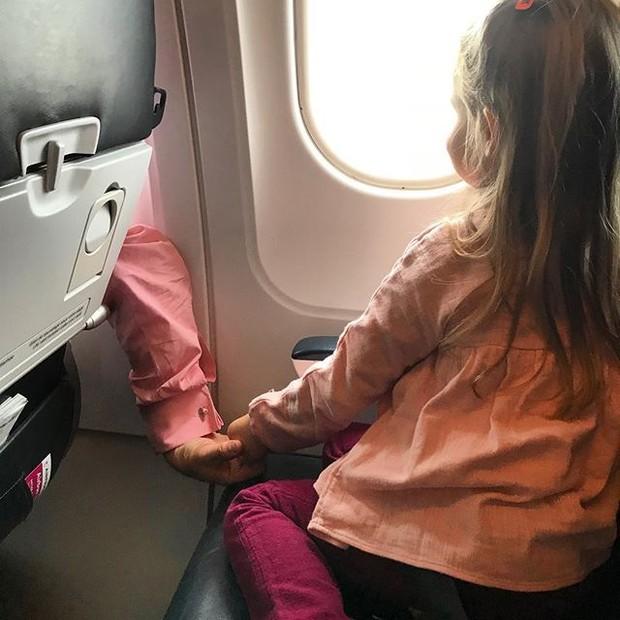 Carla Bruni fez flagra fofo da pequena Giulia segurando a mão do pai, Nicolas Sarkozy (Foto: reprodução/instagram)