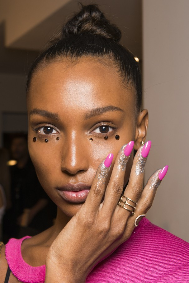 Jasmine Tookes no backstage de Jeremy Scott (Foto: Imaxtree)