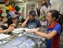 Carnaval da crise! Fabi Frota faz compra em comércio popular de SP