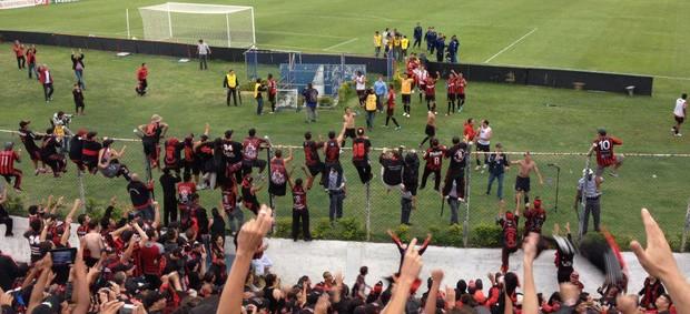 Torcida comemora junto com o time do Atlético-PR a vitória sobre o São Caetano (Foto: Divulgação / Site oficial do Atlético-PR)