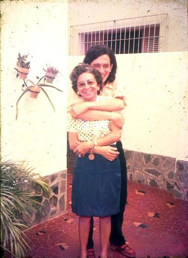 Torquato Neto com a mãe, dona Salomé (Foto: Divulgação)
