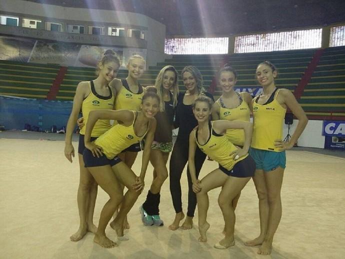 A repórter Fernanda Pinheiro se jogou no treino de ginástica rítmica (Foto: Fernando Petrônio )