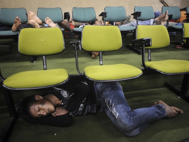 Índios em auditório na sede da Funai em Brasília (Foto: Lunae Parracho / Reuters)