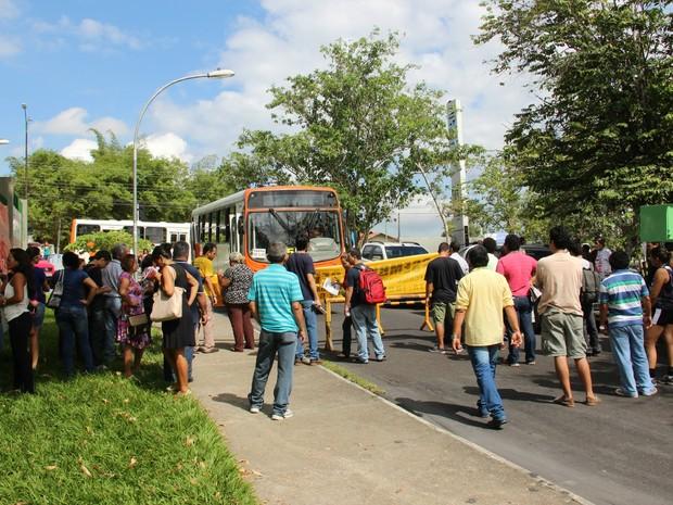 Manifestantes  bloquearam parte da via de acesso ao campus da universidade (Foto: Luis Henrique Oliveira/G1 AM)