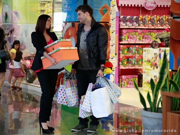 Niko e Silvia compram presentes (Foto: Ellen Soares/ TV Globo)