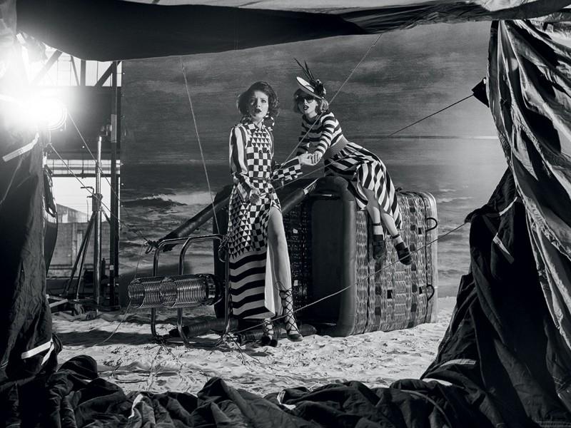 Prints preto e branco também se firmam como personagens indispensáveis (Foto: Gustavo Zylbersztajn (SD MGMT) / Edição de moda: Larissa Lucchese / Direção de arte: Studio Burman / Set design: Felipe Tadeu (Mangaba Produções))
