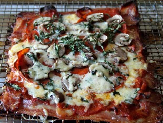 Pizza preparada pelo blog 'thefreerange' usa bacon no lugar da massa (Foto: Reprodução)
