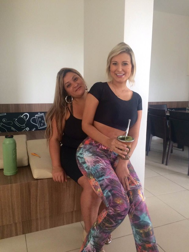 Andressa Urach e mãe em churrasco na sua casa (Foto: Arquivo Pessoal)