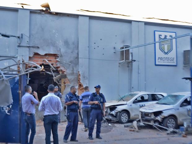 Funcionários da empresa que chegavam para trabalhar ficaram impressionados com a destruição (Foto: Felipe Albertoni/G1)
